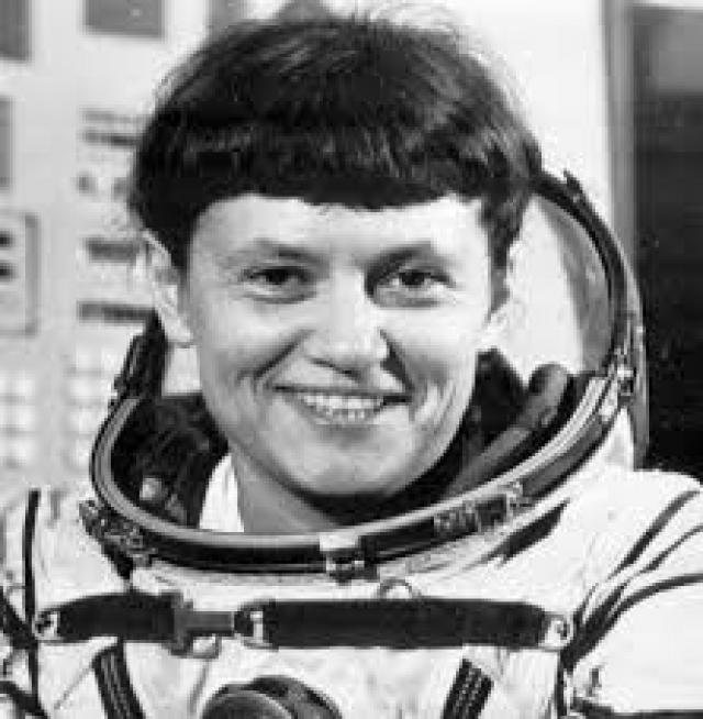До того как стать космонавткой, Светлана установила три мировых рекорда по парашютному спорту в групповых прыжках из стратосферы и 18 авиационных рекордов на реактивных самолетах.
