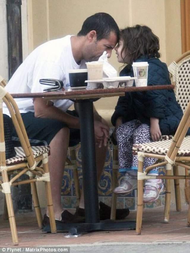 А идилия в отношениях между ним и его дочкой лишь подтверждает его репутацию примерного семьянина и замечательного отца.