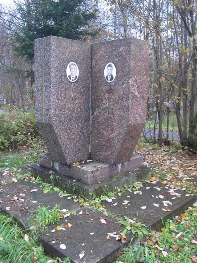 В память по погибшим членам экипажа на кладбище Памяти жертв установлен мемориал.