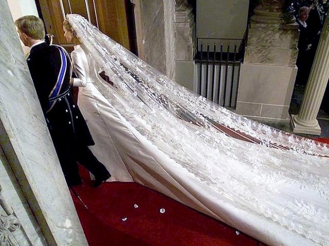 На невесте было платье от Валентино цвета слоновой кости с пятиметровым кружевным шлейфом. Итальянский модельер входит в число приглашенных. По просьбе невесты, свидетелем с ее стороны стала сама королева Нидерландов Беатрикс.