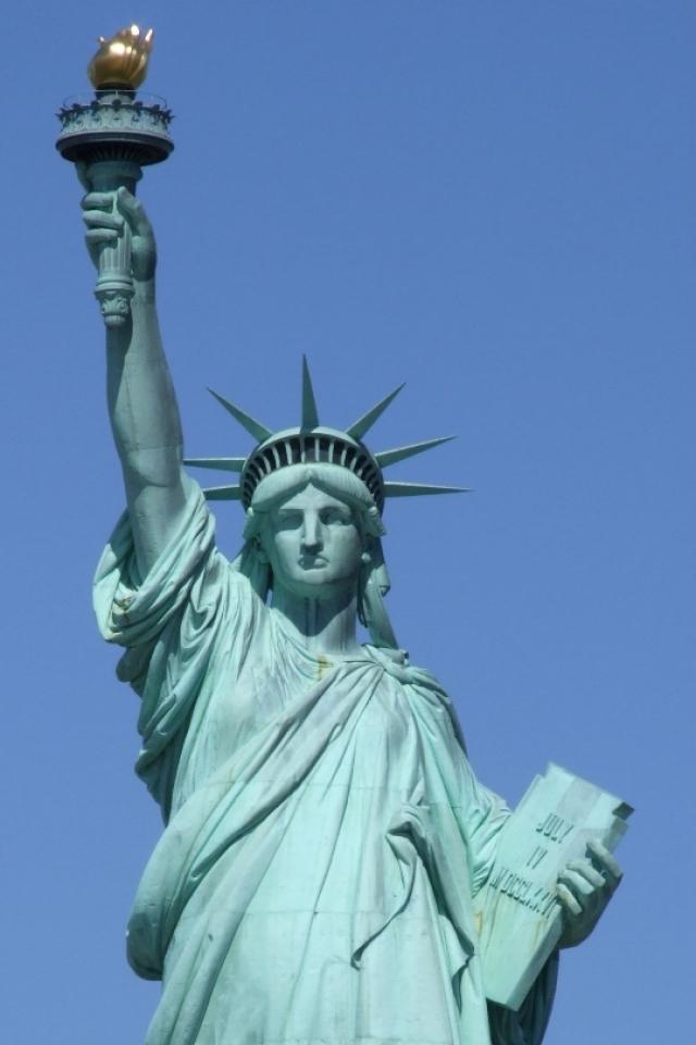 Статуя Свободы - одна из самых знаменитых скульптур в США и в мире стала подарком французских граждан к столетию американской революции.