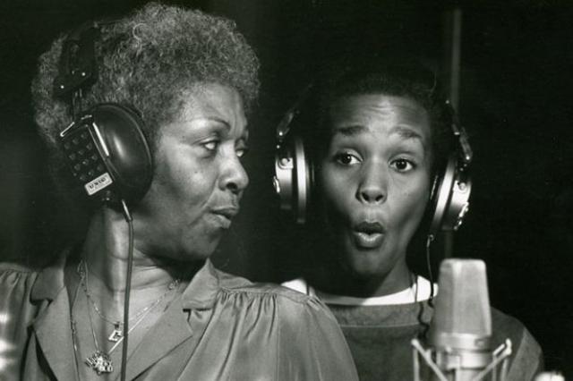 В юности Хьюстон много разъезжает со своей матерью, делает первые попытки выступления в качестве певицы, выступает как бэк-вокалистка у Чаки Хан, а также снимается в рекламе для подростков.