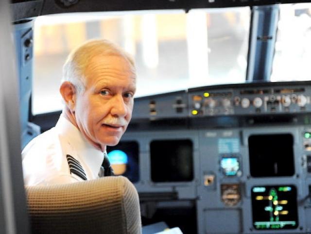 """Командиром воздушного судна был 57-летний Чесли Б. """"Салли"""" Салленбергер. Бывший военный летчик, пилотировавший F-4 Phantom II с марта 1973 по июль 1980 года."""