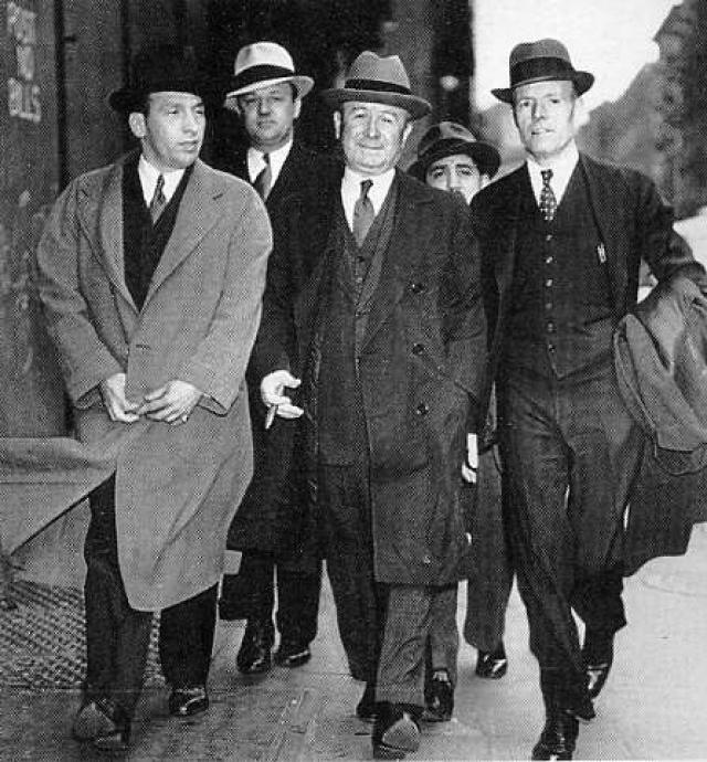 """В 1917 году Капоне вплотную интересовалась полиция Нью-Йорка: его подозревали в причастности по меньшей мере к двум убийствам, что послужило ему поводом перебраться вслед за Торрио в Чикаго и присоединиться к банде """"Большого"""" Колозимо, держателя нескольких борделей, и дяде Торрио."""