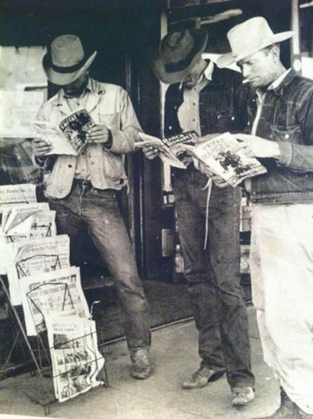 Краситель, который долгое время занимал основное место в окраске штанов из джинсовой ткани назвался Индиго, и готовили на обычном пепле. Такая окраска не стоило особенно много, поэтому старые, потертые джинсы, за небольшое вознаграждения можно было превратить в новые.