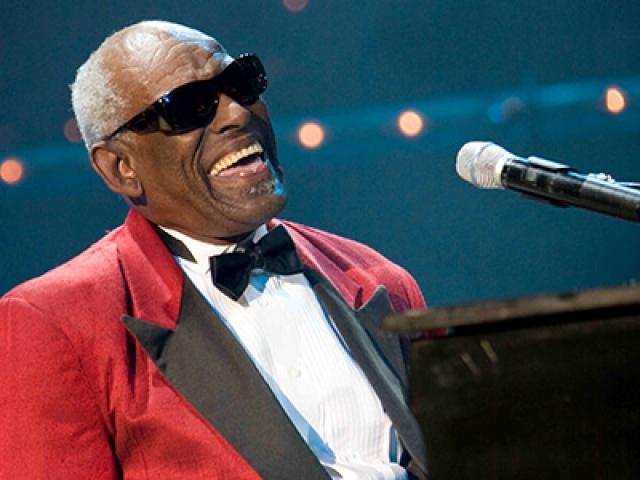"""17 раз он был награжден премиями """"Грэмми"""", попал в залы славы рок-н-ролла, джаза, кантри и блюза, его записи были включены в Библиотеку Конгресса США."""