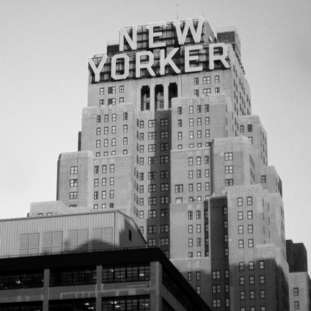 """Никола Тесла скончался в ночь с 7 на 8 января 1943 года, на 87-м году жизни. На дверях его гостиничного номера в Нью-Йорке висела табличка """"Не беспокоить"""", поэтому его тело было обнаружено горничной и директором отеля """"Нью-Йоркер"""" лишь спустя 2 дня после смерти."""