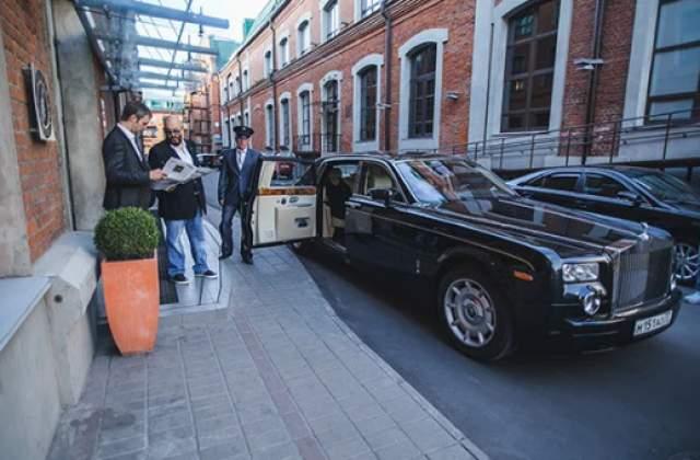 На другой машине, Rolls-Royce Phantom, чаще всего ездит личный шофер Михаила Шуфутинского, который возит его только по рабочим и официальным вопросам. Цена такого авто - 25 млн рублей.