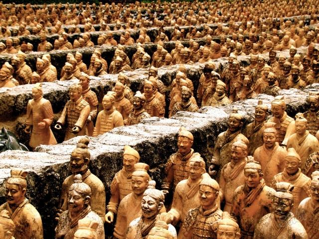 Кстати, при раскопках обнаружены останки 70 000 рабочих и членов их семей, а также тела 48 наложниц императора. Эксперты доказали, что все они были погребены заживо. Сделано это было, очевидно, для того, чтобы сохранить тайну изготовления армии.