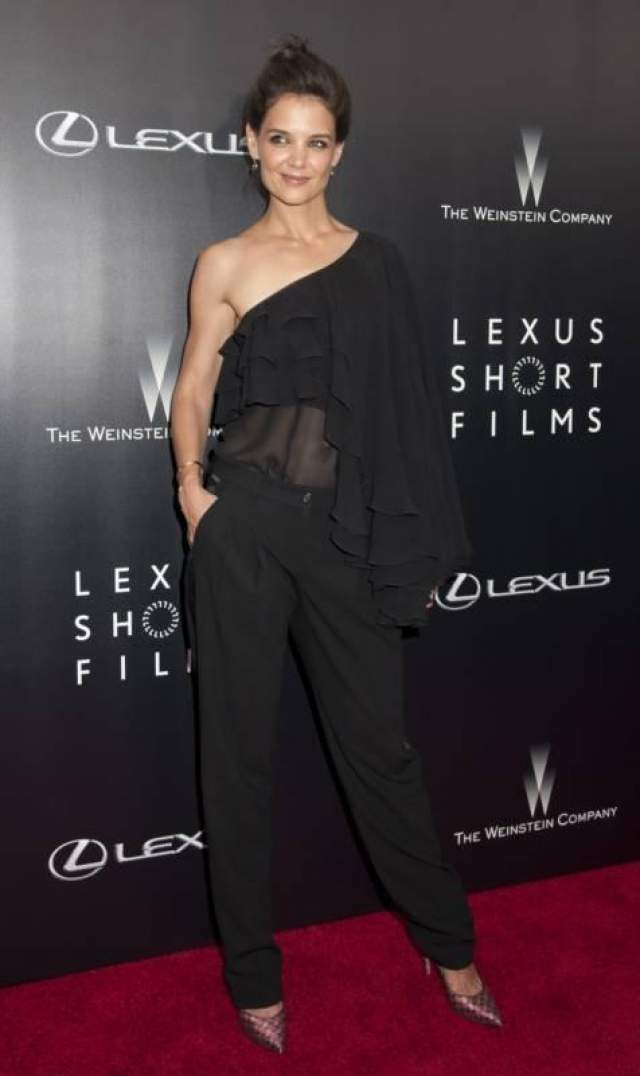 Экс-супруга Тома Круза Кэти Холмс вышла на красную дорожку в наряде Michel Kors из осенней коллекции 2014, который отвратительно сидел на ее фигуре.