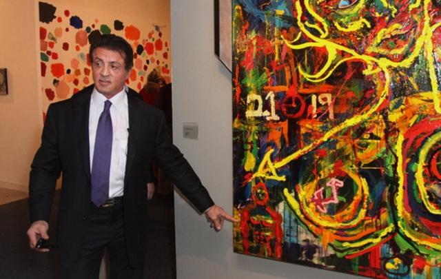 Звезда боевиков Сильвестр Сталлоне любит рисовать. После трагического ухода сына Сейджа, Сталлоне с головой погрузился в живопись, что, по его словам, помогло ему жить дальше. Его необычные картины пользуются успехом.