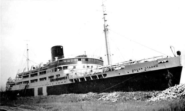 """На помощь горящему судну и людям выбравшимся на осередок, был отправлен баркас """"Наблюдатель"""" под командованием капитана Исакова, который спас несколько десятков человек. Большинство из спасенных имели ожоги и ранения. Всего с парохода """"Иосиф Сталин"""" спаслось около 200 человек."""