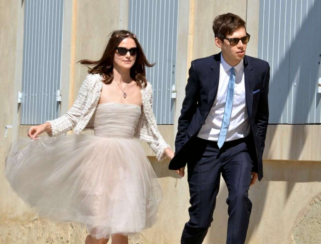 Кира Найтли. Актриса выбрала для свадьбы скромное платье, которое не похоже на торжественный наряд, да еще того и гляди сползет с груди.