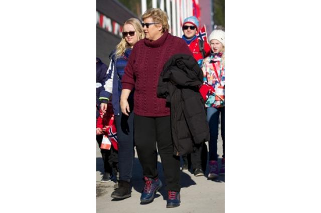 Эрна Солберг , премьер-министр Норвегии. Отправляясь на спортивное мероприятие политик решила почему-то одеться как тинейджер.