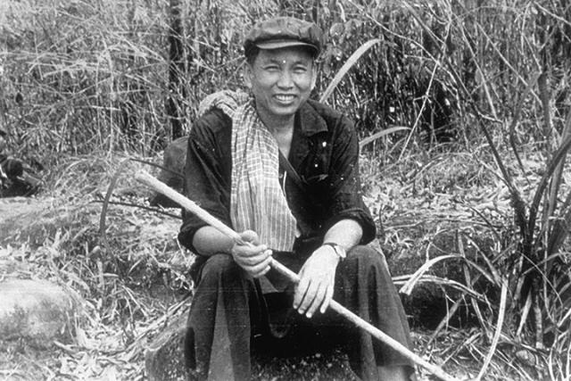 """Пол Пот - камбоджийский авторитарный лидер. Диктатор отличался большой преданностью делу, поэтому и жен выбирал себе из соратниц. Первая благоверная была революционеркой, она всей душой поддержала кровавую затею супруга вернуть Камбоджу в """"год Ноль"""". Когда же его свергли вьетнамцы, у нее на нервной почве развился психоз."""