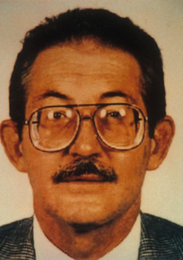 """21 февраля 1994 года Олдрич Эймс был арестован сотрудниками ФБР в Арлингтоне. """"Дело Эймса"""" вызвало громкий политический скандал в США. В адрес ЦРУ посыпались многочисленные обвинения, а его руководитель Джеймс Вулси был вынужден уйти в отставку."""