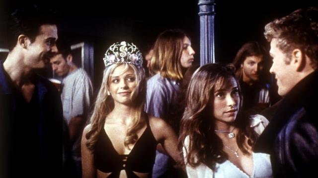 """Фредди Принц мл. и Сара Мишель Геллар. Молодые люди встретились на съемочной площадке фильма """"Я знаю, что вы сделали прошлым летом""""."""