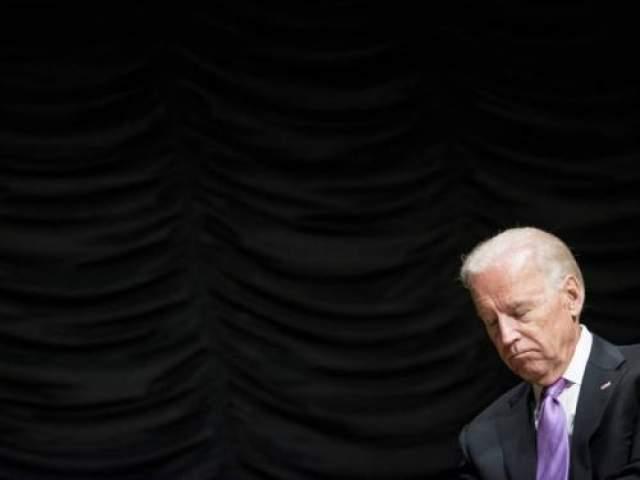 Вице-президенту США Джо Байдену удалось поспать во время торжественных проводов министра внутренней безопасности США Джанет Наполитано 6 сентября 2013 года в Вашингтоне.