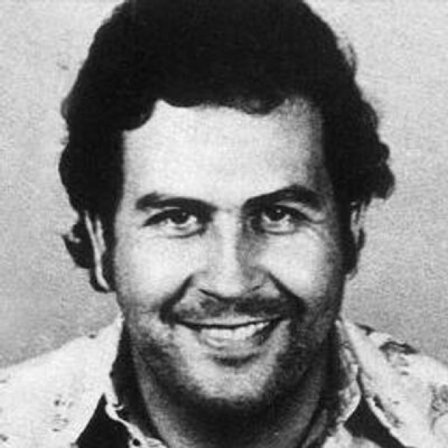 В 1971 году люди Пабло похитили богатого колумбийского промышленника Диего Эчеварио, который после длительных пыток был убит. Эскобар открыто заявил о своей причастности к его убийству. Бедняки Медельина праздновали смерть Диего Эчеварио и, в знак признательности Эскобару, стали уважительно называть его «Эль-Доктор». Грабя богатых, Пабло строил беднякам дешёвое жильё и его популярность в Медельине росла изо дня в день