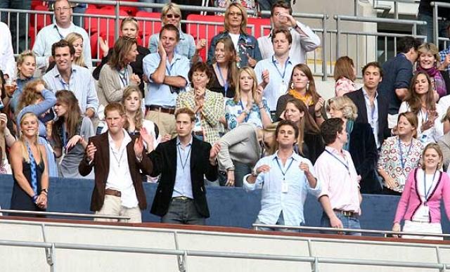 На Концерте для Дианы Кейт сидела на два ряда позади Уильяма в королевской ложе .