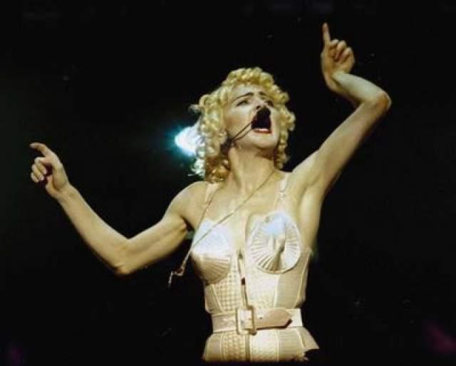 """В 1990 году, вместе со своим партнером, Уорреном Битти, Мадонна снялась в фильме """"Дик Трейсм"""". И фильм и саундтрек к нему пользовались успехом."""