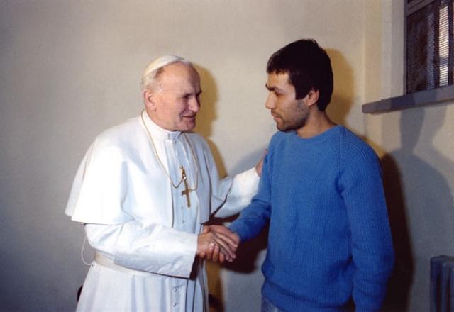 В 1983 году Иоанн Павел II посетил Агджу и после долгой беседы простил его.