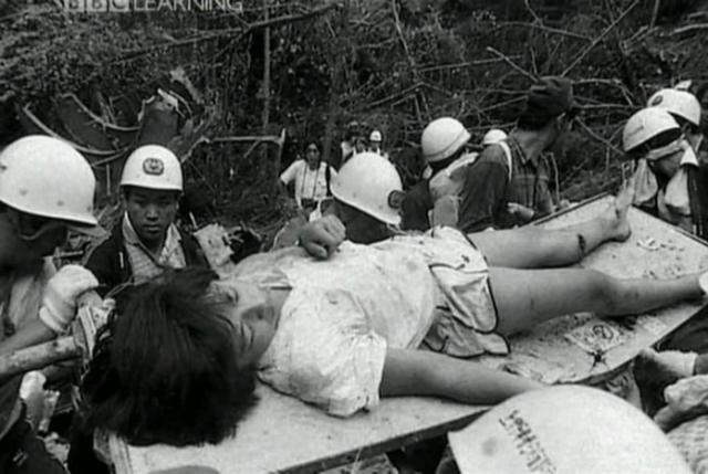 Кроме того, она слышала крики и стоны других раненых. Эксперты установили, что значительное число пассажиров рейса 123 погибли на земле от ран и холода, поскольку спасателей направили к месту катастрофы слишком поздно.