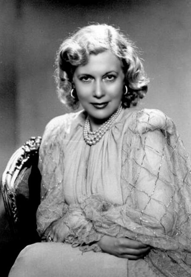 К ней сразу же пришел статус первой красавицы советского экрана, который актриса поддерживала буквально маниакально. И с каждым фильмом актриса выглядела все моложе.