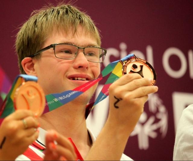 """Известно, что год назад Глеб завоевал """"золото"""" на дистанции 200 м вольным стилем на чемпионате Европы по плаванию среди людей с подобной патологией."""
