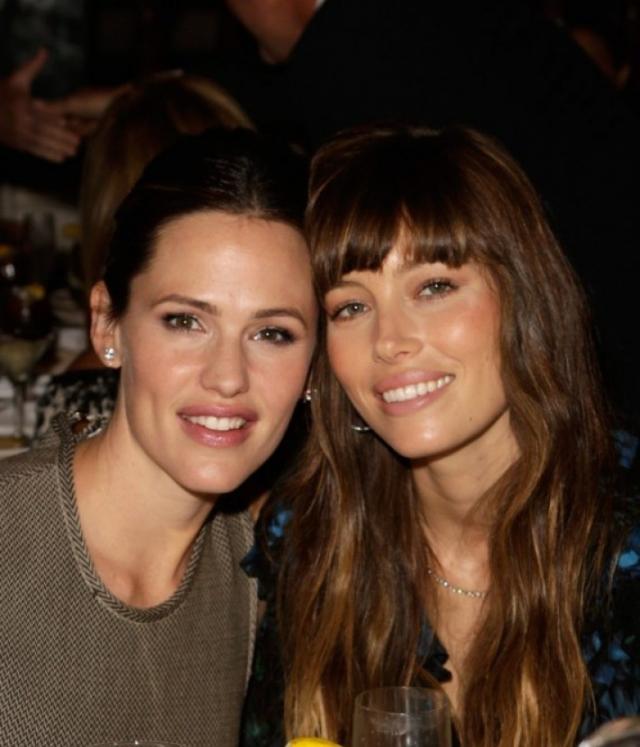 Дженнифер Гарнер и Джессика Бил. Актрисы познакомились в 2010 и с тех пор регулярно проводят время вместе.