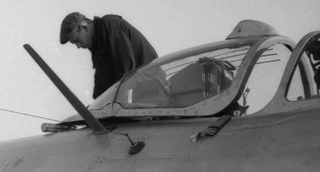 """МиГ вырвался на ВПП, """"прихватив"""" с собой механика. Воздушным потоком Горбанева перегнуло пополам вокруг передней части плоскости крыла. Летчик доложил руководителю полетов о """"странном предмете"""" на крыле и приземлился."""