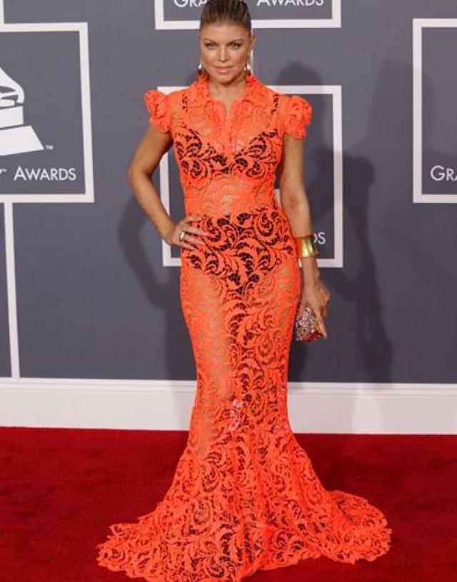 Ферджи. Возможно, это платье можно было бы простить певице, если бы под него она надела не массивное нижнее белье.