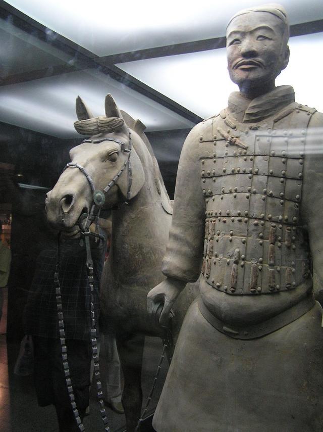 Раскопки все еще продолжаются. В начале 2000-х годов были также обнаружены статуи музыкантов, акробатов и чиновников. 13 июня 2009 начался третий этап раскопок. На сегодняшний день из склепа извлечено более 500 терракотовых статуй воинов, 100 фигур коней и 18 колесниц.