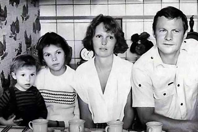 Виталий Соломин с женой и дочерьми.