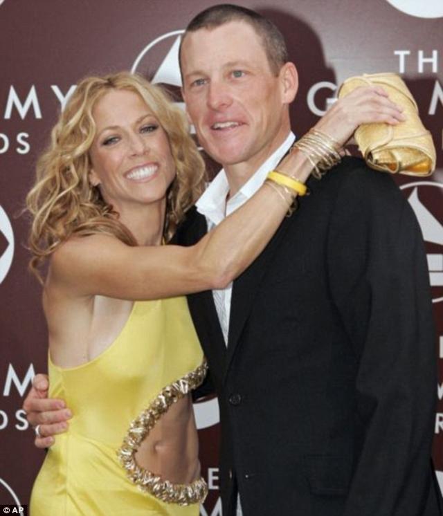 Шерил Кроу. Певица никогда не была замужем. С 2003 по 2005 год велогонщик Лэнс Армстронг был ее бойфрендом, именно после расставания с ним она решила усыновить ребенка.