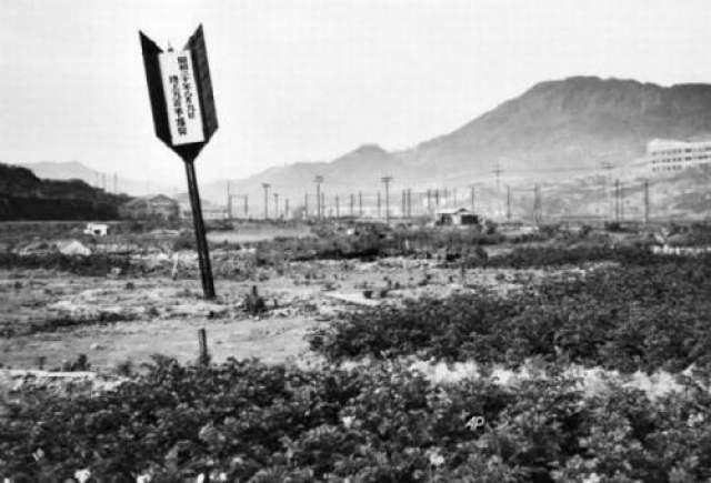 Поскольку бомба взорвалась в воздухе, ударная волна там шла вниз, а не в стороны, что и вызвало частичную сохранность Промышленной палаты Хиросимы, находившейся в 160 метрах от места взрыва.