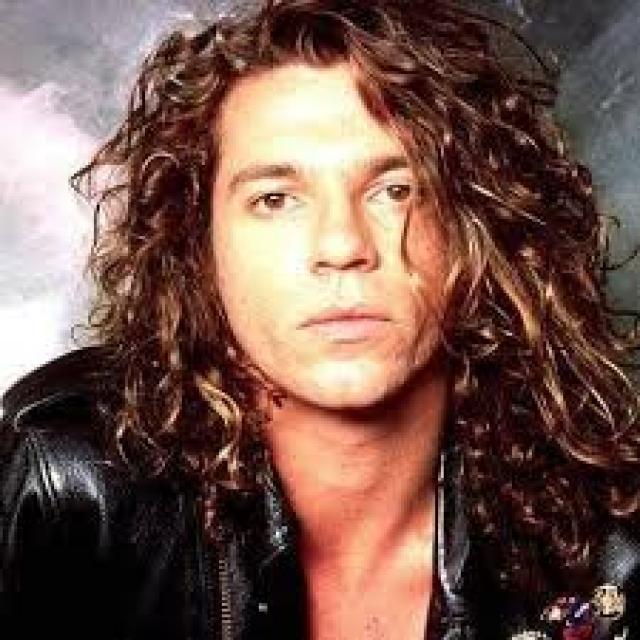 Майкл Хатченс. Утром, 22 ноября 1997 года, 37-летний рок-музыкант был найден мертвым в номере 524 отеля Ritz-Carlton в Дабл Бэе, пригороде Сиднея.