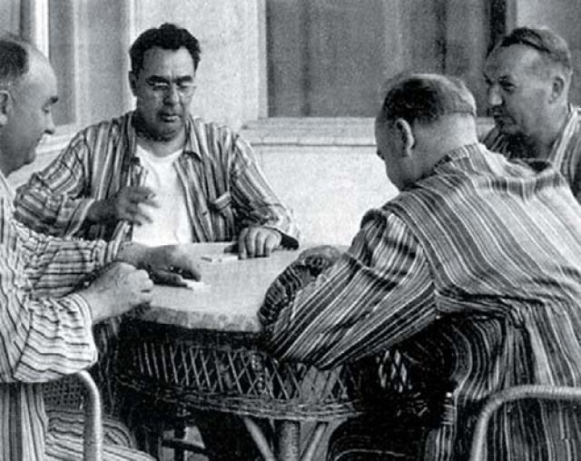 Брежнев любил играть в домино.