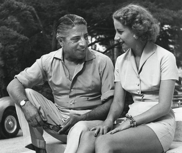 Первую жену Онассиса звали Афина Ливанос. Дочь богатого греческого судовладельца, она вышла замуж за Аристотеля в 1946-м году. Ей было 18, ему - 40. Афина родила мужу двух детей: мальчика Александра и девочку Кристину.