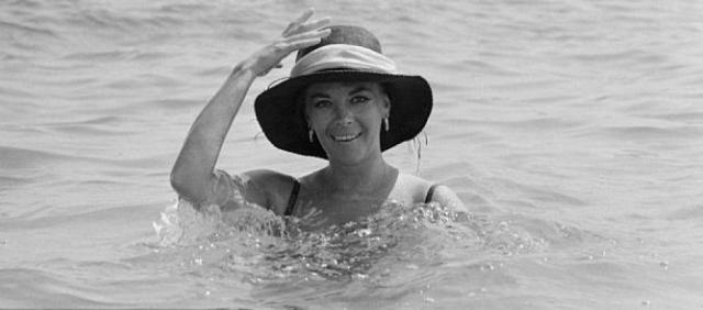 Палуба была мокрой, выпившая актриса, очевидно, поскользнулась в темноте и упала в воду. Ударившись головой о борт (на теле и голове Вуд были обнаружены ушибы), она потеряла сознание и утонула.