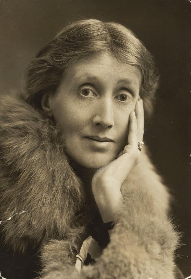 Вирджиния Вулф. Британская писательница пережила смерть матери и попытку изнасилования, будучи подростком, из-за чего всю жизнь страдала от нервных срывов, головных болей и депрессии.
