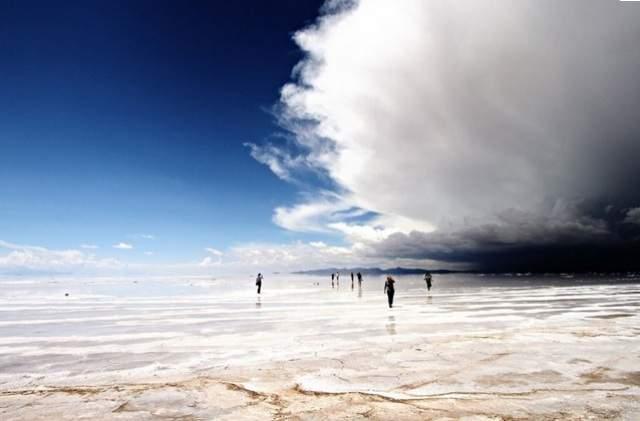 Волшебное озеро. Это озеро-солончак Уюни в Боливии.