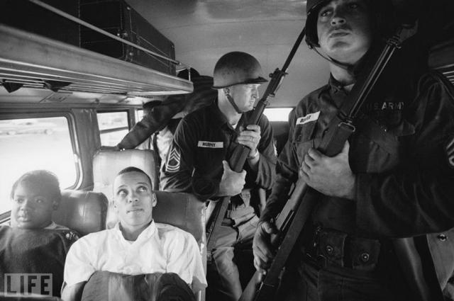 Всадники свободы (Freedom Riders, Paul Schutzer, 1961). Под таким названием проводились совместные автобусные поездки черных и белых активистов, протестовавших против нарушений прав чернокожего населения в южных штатах США. Для защиты активистов были выделены солдаты Национальной гвардии.