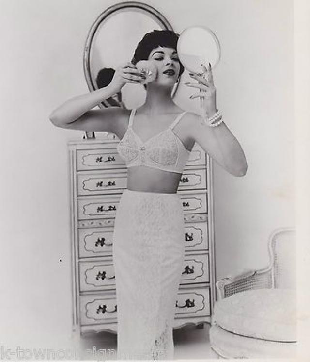 """Моду 50-х, в том числе и на бюстгальтеры, определяют знаменитые тогда актрисы. На фото Нэнси Вестбрук рекламирует все тот же """"буллет-бра""""."""