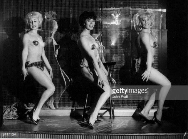 В 60-е годы сексуальная революция и бурно развившаяся порноиндустрия повлияли на интерес к стриптизу, он стал казаться жалким, нелепым и смешным. Тогда владельцы клубов решили брать количеством, а не качеством.
