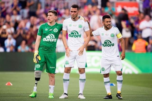 """В августе 2017 года """"Шапекоэнсе"""" в матче Кубка Гампера проиграл """"Барселоне"""" - 0:5. Но матч был особенно примечателен тем, что на игре присутствовали выжившие в авиакатастрофе футболисты."""