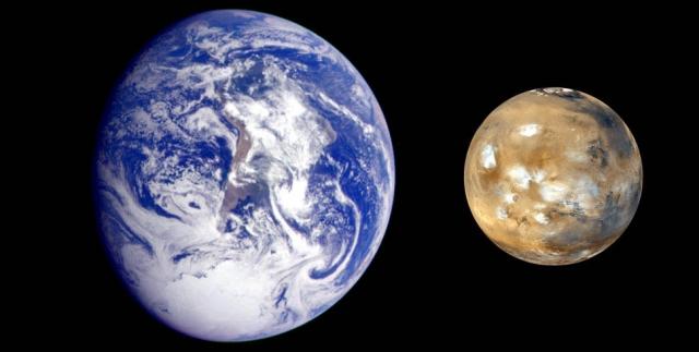 """Планеты Земля и Марс. Этот снимок, полученный с космического аппарата """"Галилео"""" и марсианских орбитальных аппаратов """"Mars Global Survey"""", наглядно демонстрирует разницу в размерах этих двух планет."""
