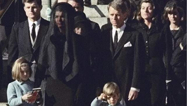 После смерти Кеннеди вице-президент США Линдон Джонсон автоматически стал президентом. В 14:38 он принес присягу на борту президентского самолета в аэропорту Далласа.