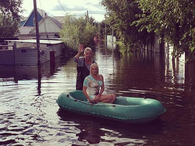 """...Если вам милее пьяные МЧСники, бродящие тут вокруг беды, то мое позирование на фоне наводнения хоть привлечет внимание к проблеме""""."""