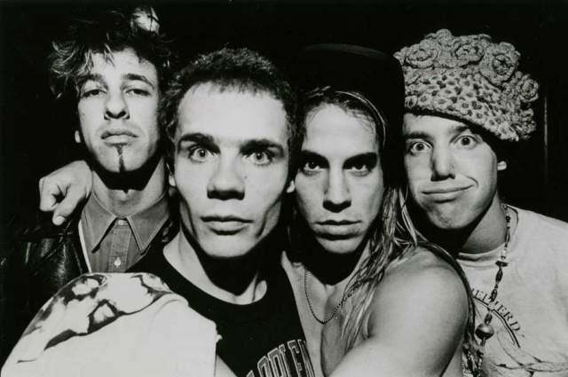 Red Hot Chili Peppers. Группа обрела колоссальный успех именно в девяностые, после того, как прогремел их альбом Blood Sugar Sex Magik, их хит Californication можно было услышать в эфирах даже попсовых радиостанций.